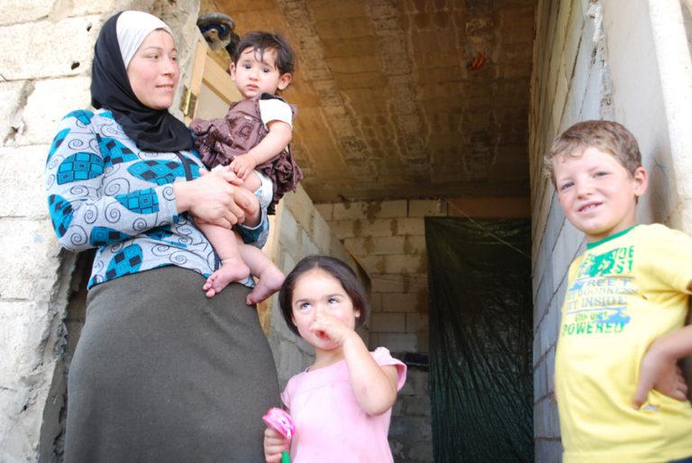 Fatima con i figli, dalla loro casa in Siria al campo profughi in Libano ©Caritas Lebanon